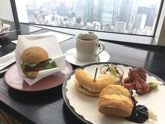 アンダーズ東京ホテルのお花見アフタヌーンティで、地上250mからの眺めと桜を楽しむ