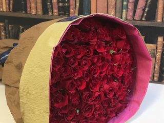 100本のバラの大きさや重さを体験させてもらいました。プロポーズには意味のある108本を!